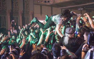 crowdsurfende student